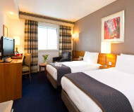 Holiday Inn Heathrow hotel -store værelser og god seng på fodboldturen.