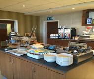 Spis godt på Holiday inn express Liverpool airport, morgenmaden er god og vigtig for den videre dag på fodboldturen i Liverpool.