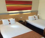 Holiday Inn Express Liverpool Airport hotelværelset. Sov dejligt og drøm om de fede og billige Liverpool fodboldbilletter og fodboldoplevelser der er i vente