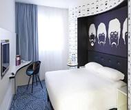 Ibis styles hotel liverpool dobbeltværelse med dobbelt seng. God seng til fodboldturen til Liverpool