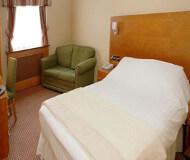 Park hotel, Aintree, Liverpool - Hotelværelset med seng og sikkerhed for en godt nattesøn på Liverpool Fodboldrejsen