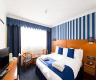 Sov godt på The Liner Hotel. Dobbeltsenge i værelser med mange gode faciliteter - nyd fodboldbilletter til Liverpool FC