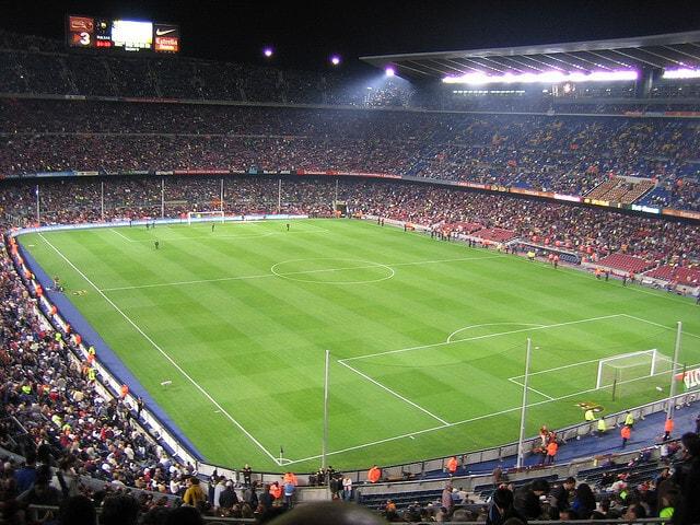 Kampbilletterne til kategori 3 bag mål i 2.ring er med godt overblik til banen og det er fedt at kunne følge med i fodboldkampen herfra