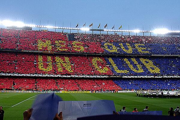 På fodboldbilletter til Barcelona i kategori 1 i 2.ring  sidder du og har et godt udsyn til camp nous græstæppe