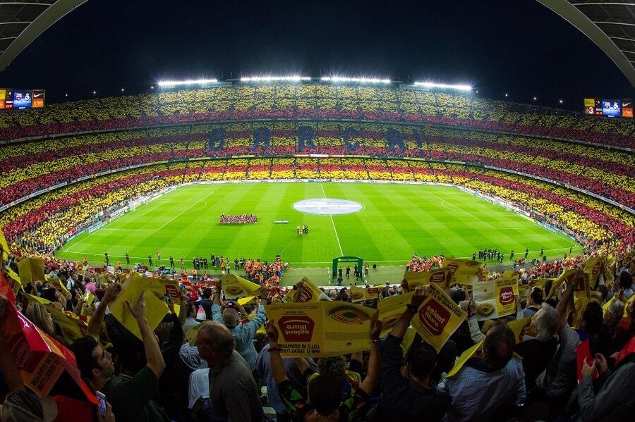På fodboldbilletter til Barcelona i kategori 1 sidder du på nederste afsnit og har et godt udsyn til camp nous græstæppe - fodboldrejse barcelona