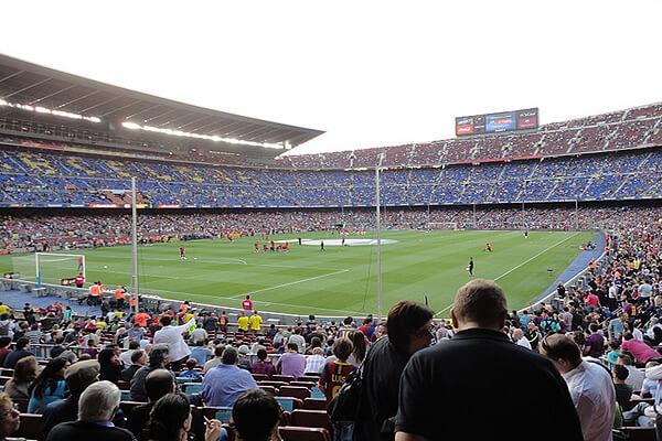 Kampbilletterne til kategori 3 bag mål i 1.ring er tæt på banen og giver følelsen af at være med i kampen. Køb fodboldbilletter til Barcelona her.