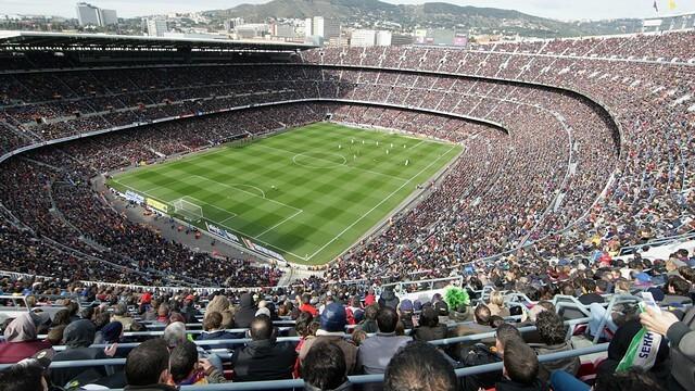 Camp Nou fodboldbilletterne til kategori 4 bag mål i 4.ring er med et godt overblik af banen og meget højt oppe. Køb fodboldrejsen til Barcelona her.
