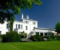 Hotel Cancellors - et flot hotel med stor have og terrasse hvor der kan nydes mad og drikke på fodboldturen til manchester united