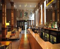 Palece hotel har en god bar hvor du kan nye øl med mere på manchester united rejsen