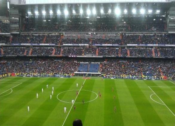 Fodboldbilletter til Real Madrid på langside 2 ring mellem målfelterne